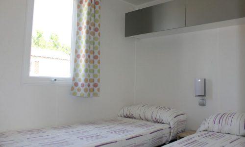 Habitación del Bungalow verde Armanello en Benidorm