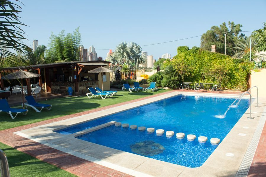 Zona lounge, con bar y piscina de adultos y piscina infantil