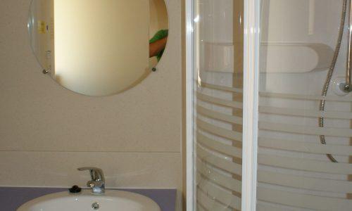 baño cabaña de madera en camping Armanello