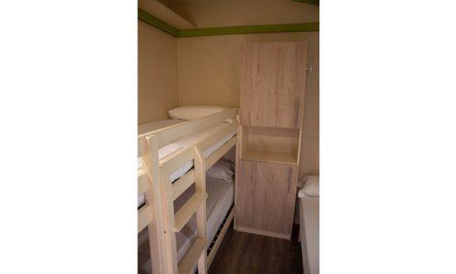 habitación triple en cabaña de madera