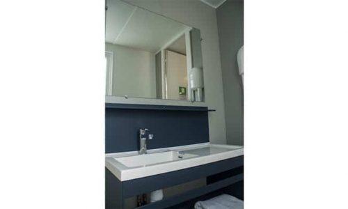 bungalow resort con baño extra grande con lavabo y secador de pelo