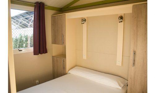 habitación de matrimonio de cabaña de madera en camping Armanello