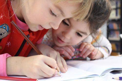 Kinder in animationsaktivitäten des campingplatzes