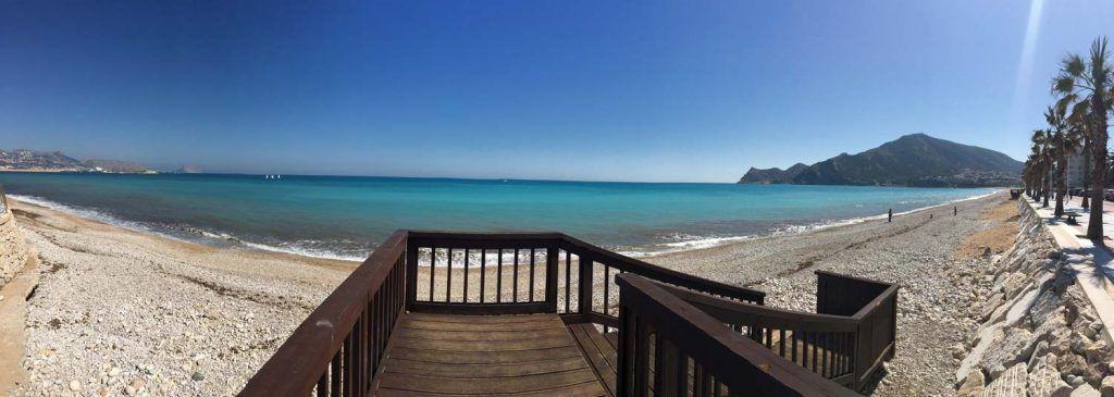 Vista panoramica della spiaggia di albir con pietre di ghiaia