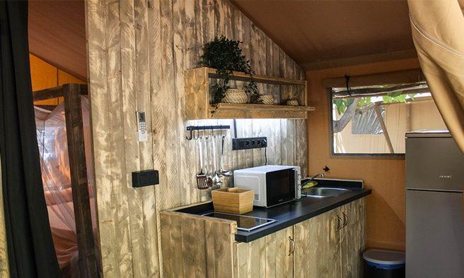 Cocina equipada en tienda safari