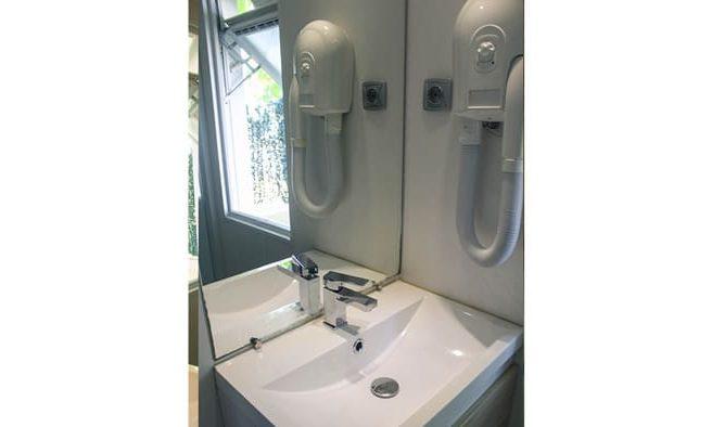 Lavabo y secador en bungalow armanello