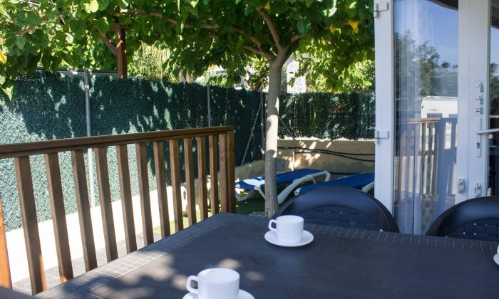 Terraza bungalow armanello con mesa