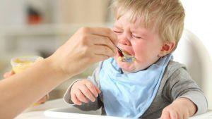 Bebé comiendo durante viaje