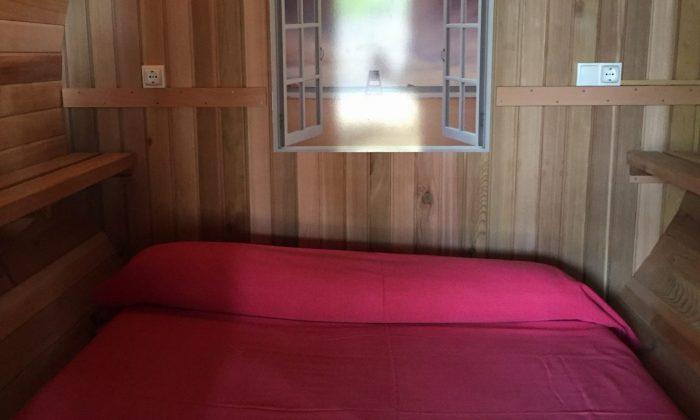 Interior del barril para dormir en benidorm