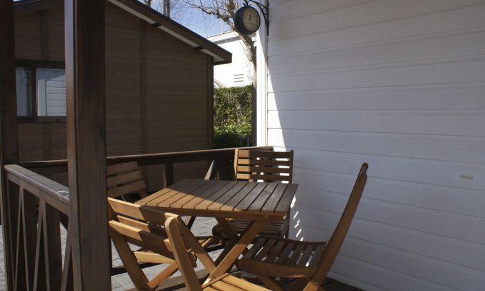 Terraza con mesas y sillas del bungalow alucasa
