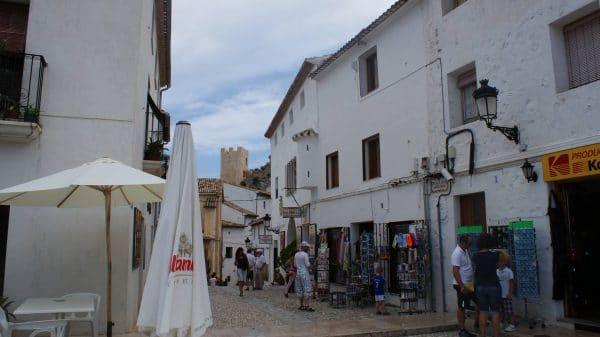 Calles con turistas en guadalest e1575986009522