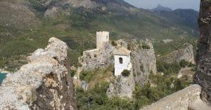 Prachtig uitzicht op het kasteel van guadalest met his klokken.