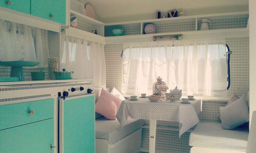 Interior de estilo vintage en caravana reformada