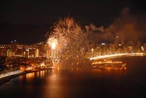 Gran castillo de fuegos artificiales de fin de fiestas patronales de benidorm