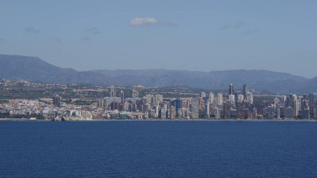 Foto der skyline von benidorm vom meer aus