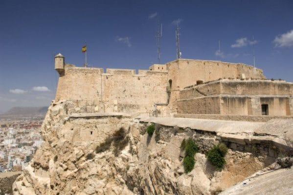 Buitenaanzicht van het kasteel van santa barbara in alicante