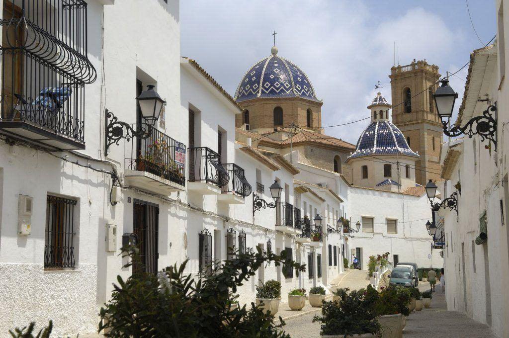Vista della città vecchia di altea, strade del villaggio