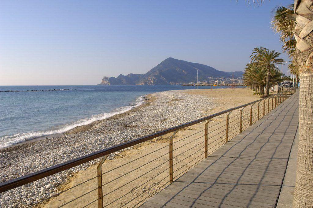 Vista della spiaggia di roda ad altea