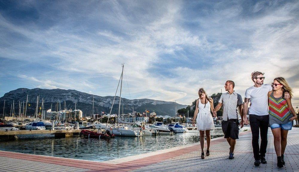 Turistas visitan el puerto de denia