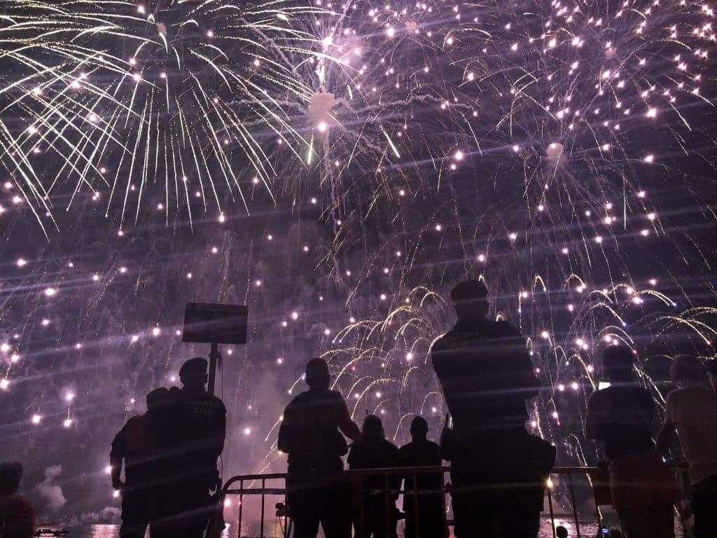 Castell de l'olla de altea, noche de fuegos artificiales