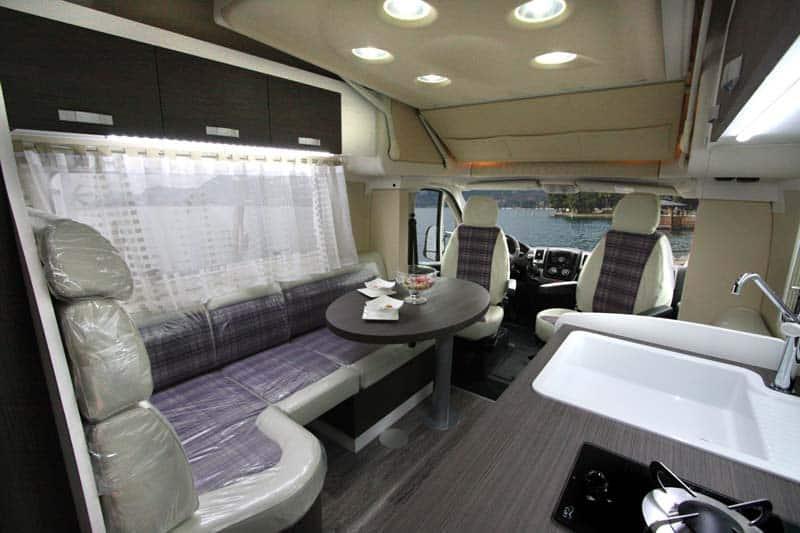 Interior de la mini autocaravana wingamm oasi 540