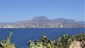 Vista del skyline y el puerto de la ciudad desde la isla de benidorm