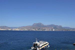 Barco a la isla de benidorm saliendo de vuelta