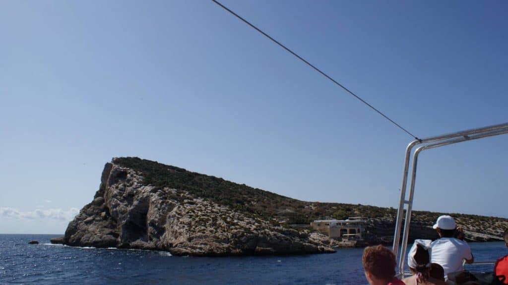 Vista desde barco de visión submarina de la isla de benidorm