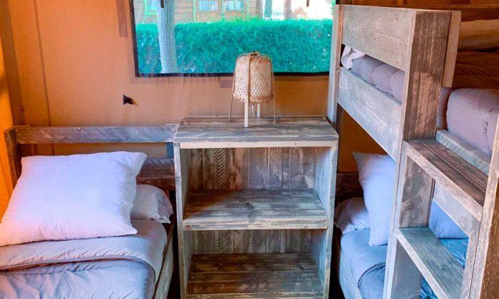 Habitación con cama y litera en tienda safari