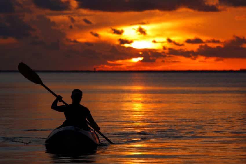 Kajakfahren bei sonnenuntergang in altea