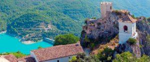 Vista panoramica di castell de guadalest e del lago artificiale