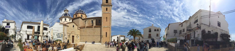 Vista panoramica della piazza della chiesa di altea