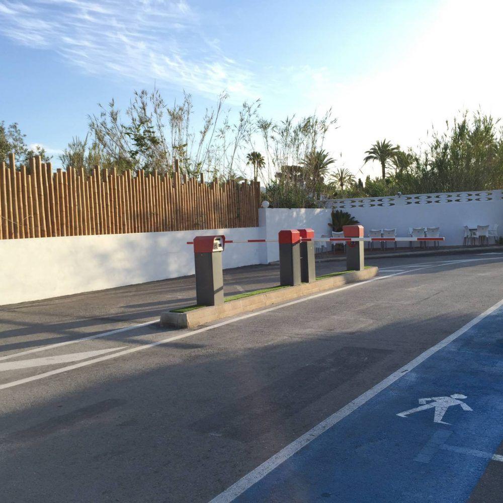 Parkplatz im freien und zugang zum campingplatz armanello