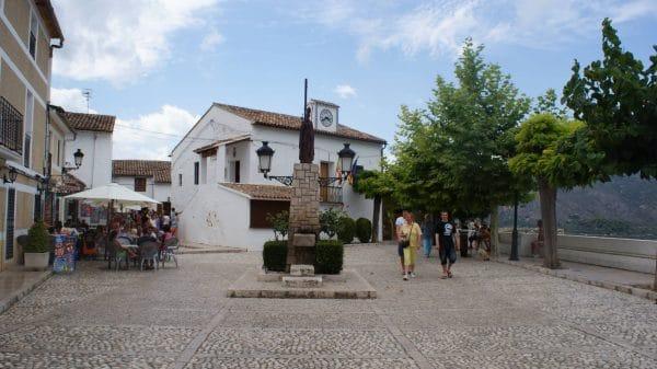 Plaza con turistas en guadalest e1575985954163
