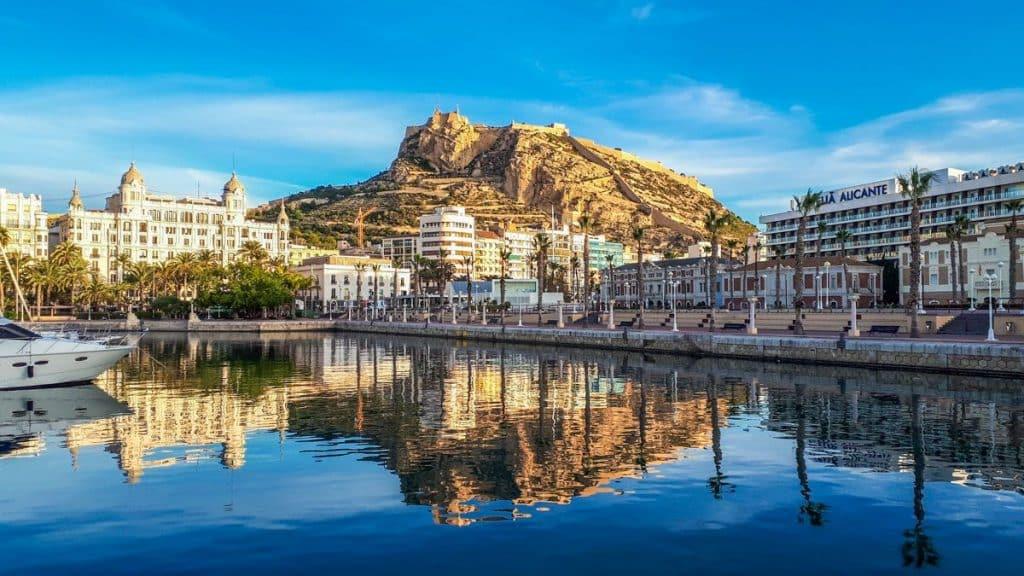 Hafen von alicante und burg santa barbara
