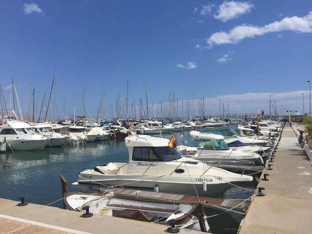 Foto del puerto de altea con barcos