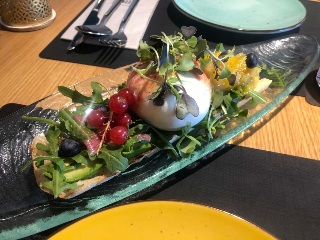Büffelsalat und rote früchte im restaurant dvora in benidorm