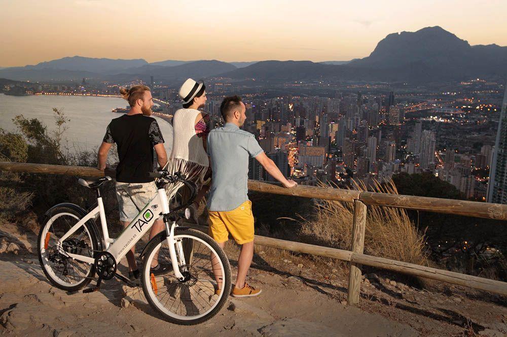 Kijk naar de zonsondergang in sierra helada huur een elektrische fiets tao bike