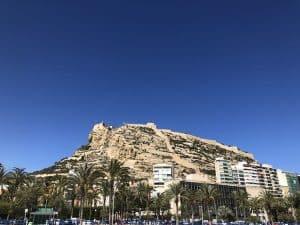 Vista del benacantil y el castillo de santa bárbara desde la playa de alicante