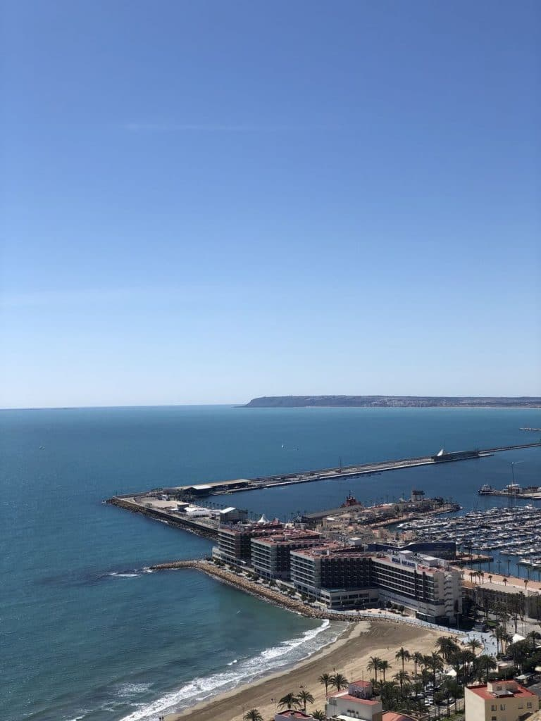 Vista puerto desde castillo alicante